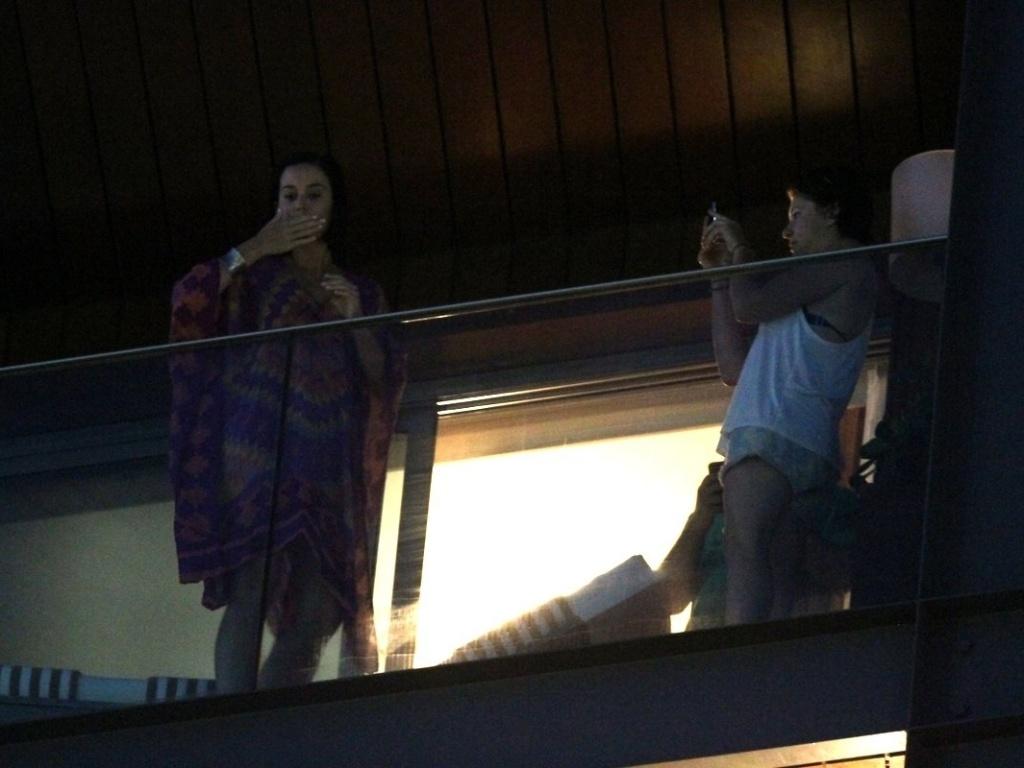 Katy Perry manda beijos para os fãs da sacada do hotel em que está hospedada no Rio de Janeiro (29/7/12)