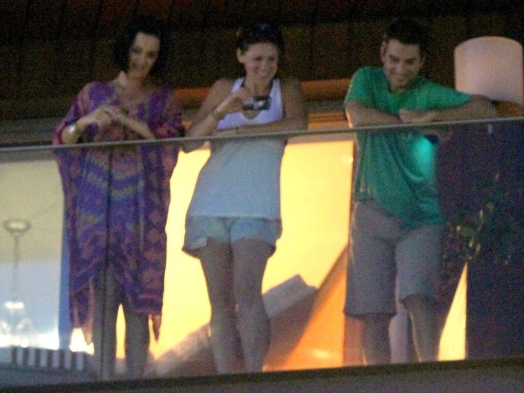 Katy Perry observa os fãs da sacada do hotel em que está hospedada no Rio de Janeiro (29/7/12)