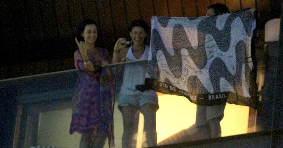 Katy Perry sai na sacada de seu quarto de hotel e mostra canga com estampa do calcadão de Copacabana (29/7/12)