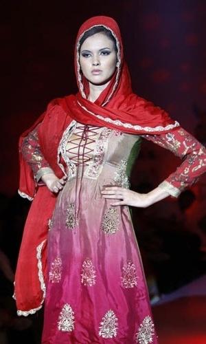 Modelo desfila coleção de Babita Jain no Bangalore Fashion Week, na Índia (28/07/2012)