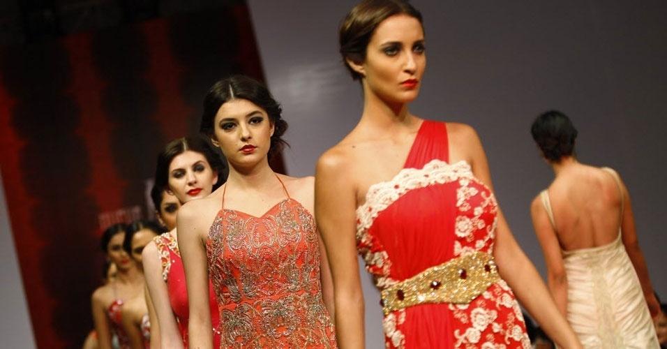 Modelos desfilam coleção de Nupur Arora no Bangalore Fashion Week, na Índia (27/07/2012)