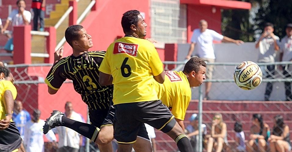No campo do Nacional, o Ajax FC (preto) perdeu para o Ouro Preto (amarelo) por 3 a 2