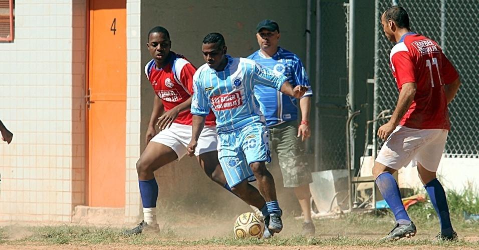 No campo do São José, União Vila Iolanda (vermelho) e Cruzeirinho (azul) fizeram bom jogo