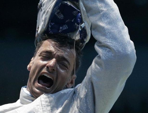 O esgrimista italiano Diego Occhiuzzi comemora após vitória em combate em Londres