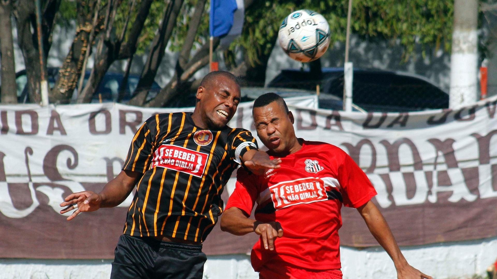 O Juventus da Liberdade (preto) superou o Vet. Unidos Paulista (vermelho) por 2 a 0