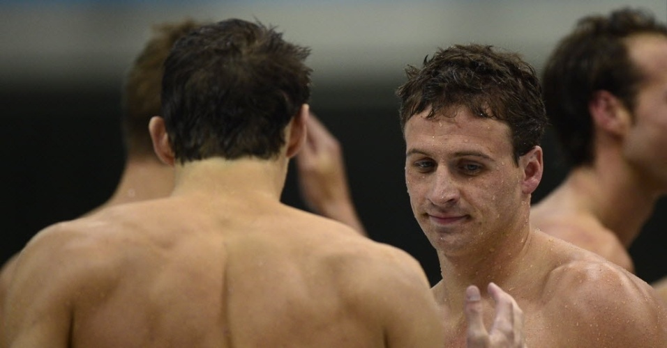 Phelps (de costas) cumprimenta Lochte aps a derrota dos EUA no 4x100 m livre