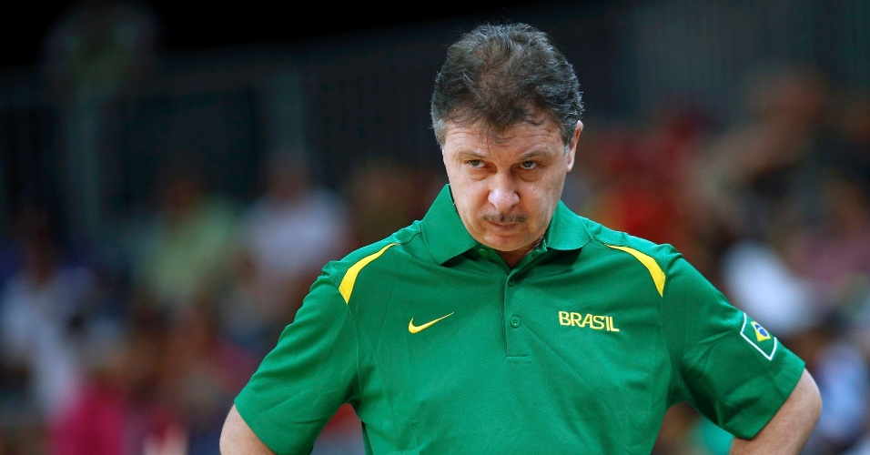 T&#233;cnico Ruben Magnano observa partida entre Brasil e Austr&#225;lia no basquete masculino