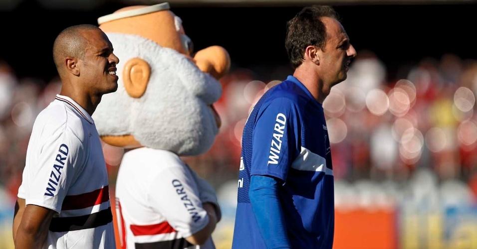 Rogério Ceni escuta se posiciona para escutaro hino. O goleiro faz sua estreia na temporada após passar seis meses em recuperação de uma cirurgia no ombro