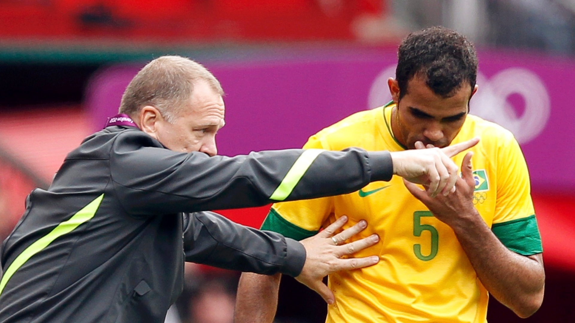 Volante Sandro recebe orientações do técnico Mano Menezes