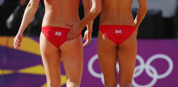 Zara Dampney (dir.) dá um tapinha na parceira Shauna Mullin durante partida em Londres neste domingo