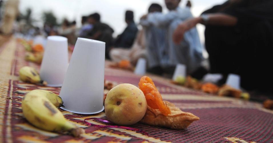 29.jul.2012 - Muçulmanos se reúnem em Karachi, no Paquistão, para quebrar o jejum diário durante o mês do Ramadã. O Paquistão é o segundo país islâmico mais populoso do mundo, depois da Arábia Saudita