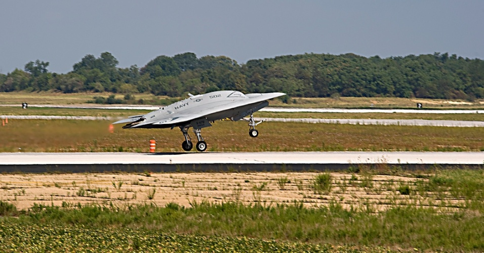 30.jul.2012 - A nave X-47B decola do campo aéreo de Patuxent River, Maryland (Estados Unidos), no último domingo (29)