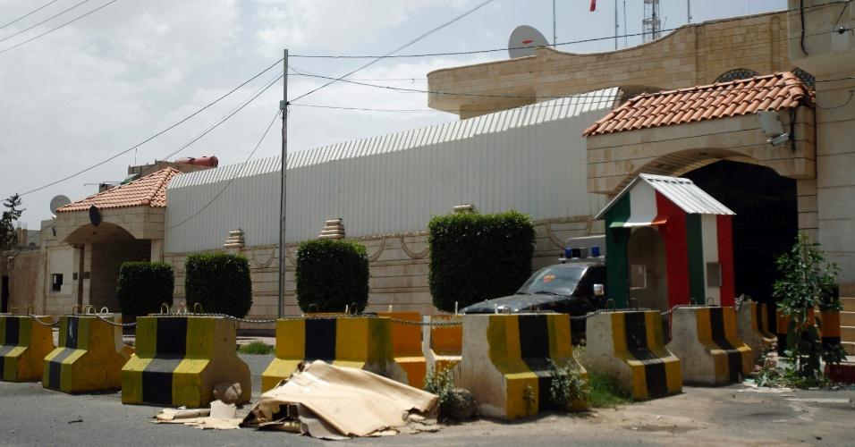 30.jul.2012 - Barricadas são montadas nesta segunda-feira (30) em frente à embaixada italiana em Sanaa, no Iêmen. O ministro das Relações Exteriores do Iêmen prometeu fazer o possível para encontrar os seqüestradores de um oficial de segurança da embaixada e resgatá-lo em segurança