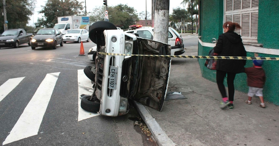 30.jul.2012 - Carro capota ap&#243;s colidir com outro carro na avenida Ataliba Leonel, zona norte de S&#227;o Paulo, na manh&#227; desta segunda-feira (30) 