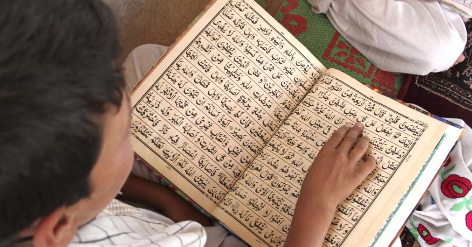 30.jul.2012 - Menino lê o Corão durante o mês sagrado do Ramadã, em Cabul, capital do Afeganistão