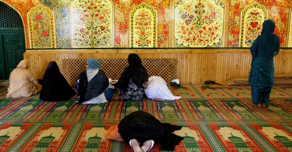 30.jul.2012 - Mulheres rezam em santuário islâmico de Srinagar, na região da Caxemira, na Índia, durante o mês sagrado do Ramadã