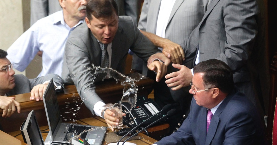 30.jul.2012 - O deputado Oleg Lyashko derrama ch&#225; em um dos porta-vozes do Parlamento Ucraniano, Adam Martynyuk, durante sess&#227;o extraordin&#225;ria do &#243;rg&#227;o, em Kiev, nesta seguna-feira (30)