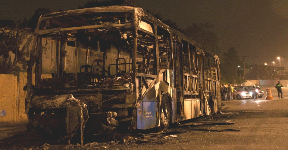 30.jul.2012 - &#212;nibus foi incendiado na avenida Jornalista Roberto Marinho, no Jardim Aeroporto, zona sul de S&#227;o Paulo, na madrugada desta segunda-feira (30). Por volta da 0h, um grupo obrigou o motorista e o cobrador a descer do ve&#237;culo, ateou fogo e fugiu. N&#227;o houve feridos