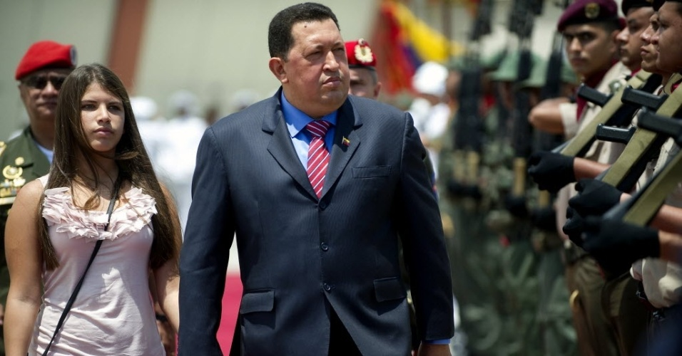 30.jul.2012 - Presidente da Venezuela, Hugo Ch&#225;vez, e sua filha, Rosa Ines, deixam Caracas, na Venezuela, e seguem para Bras&#237;lia para encontro com a  presidente Dilma 