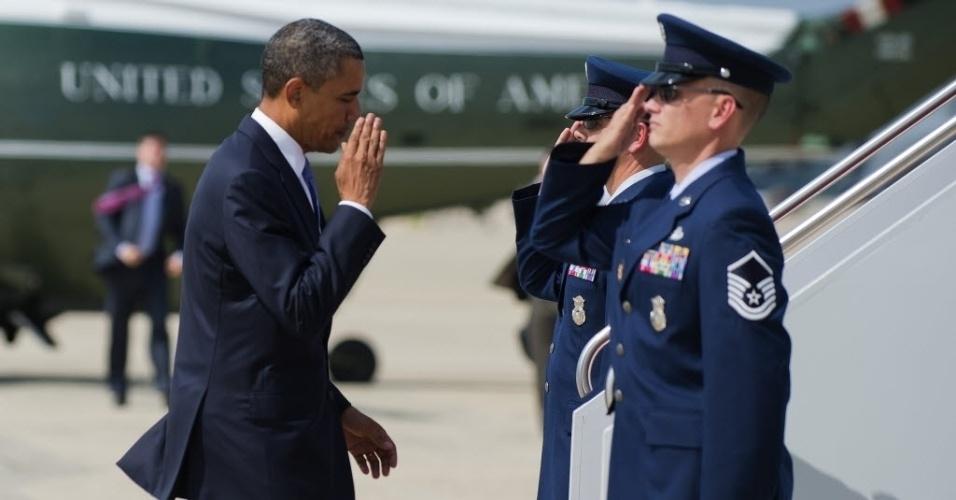 30.jul.2012 - Presidente dos Estados Unidos, Barack Obama, saúda militares da Força Aérea dos Estados Unidos, em  Maryland (EUA)