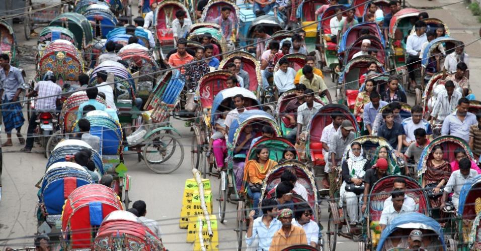 30.jul.2012 - Trânsito toma conta de rua de Dacca, em Bangladesh, provocado por excesso de transportadores de diferentes cidades do país, que estão na capital para fazer dinheiro extra durante o mês do Ramadã