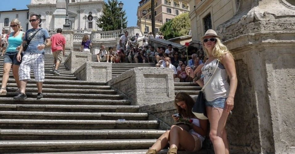 30.jul.2012 - Turistas ocupam escadas  em Piazza di Spagna, no centro de Roma (It&#225;lia), nesta segunda-feira. As temperaturas na cidade italiana chegam a 40C