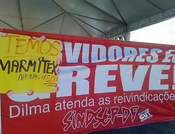 30.jul.2012 - Vendedor de marmita aproveita manifestação de sindicalistas em frente ao prédio do Ministério da Saúde, em Brasília, para anunciar o almoço