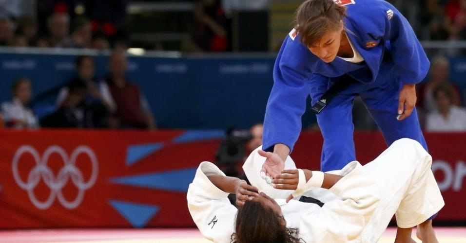A húngara Hedvig Karakas (azul) tenta consolar a brasileira Rafaela Silva após decisão polêmica
