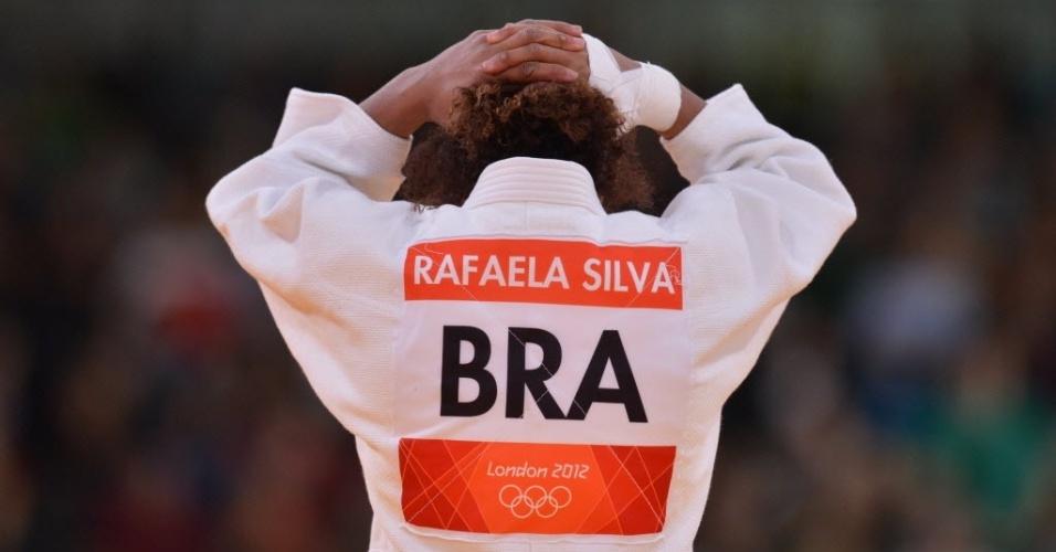 A judoca brasileira Rafaela Silva leva as mãos a cabeça após a decisão dos árbitros