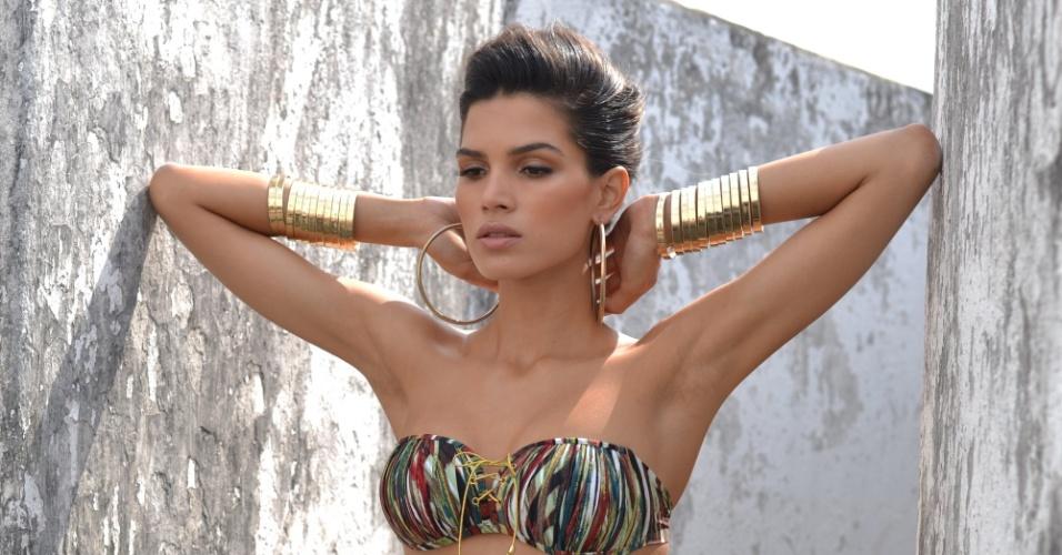 A modelo Raica Oliveira fotografou no Forte de Santa Cruz, em Niterói, no Rio de Janeiro, para uma campanha da moda feminina (30/7/12). Raica posou vestindo biquínis e maiôs e exibiu a boa forma