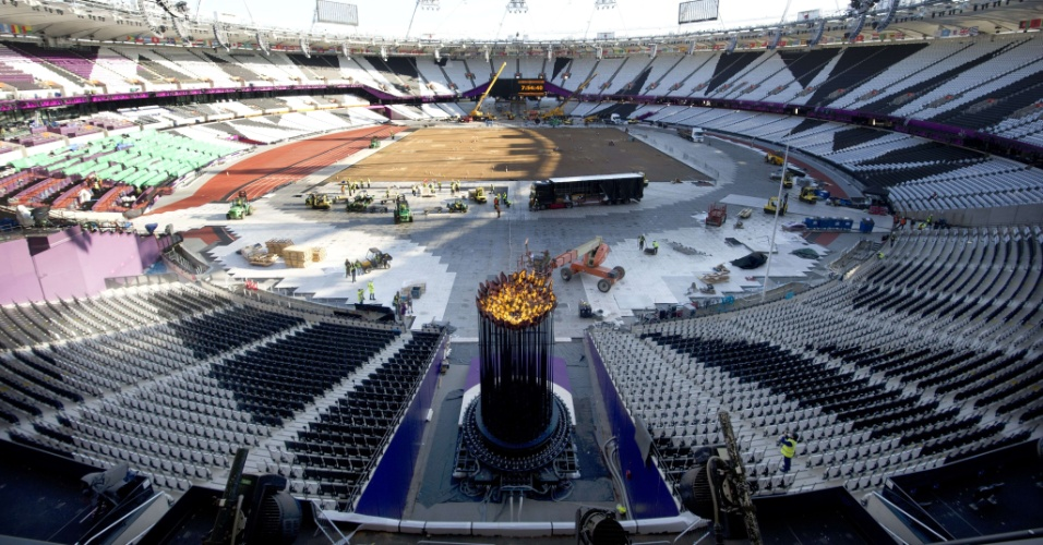 Acesa no centro do estádio olímpico, tocha mudou de lugar nesta segunda-feira (30/07/12)