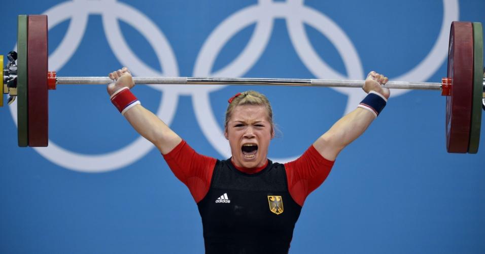 Alemã Christin Ulrich se esforça para levantar o peso durante competição nos Jogos de Londres
