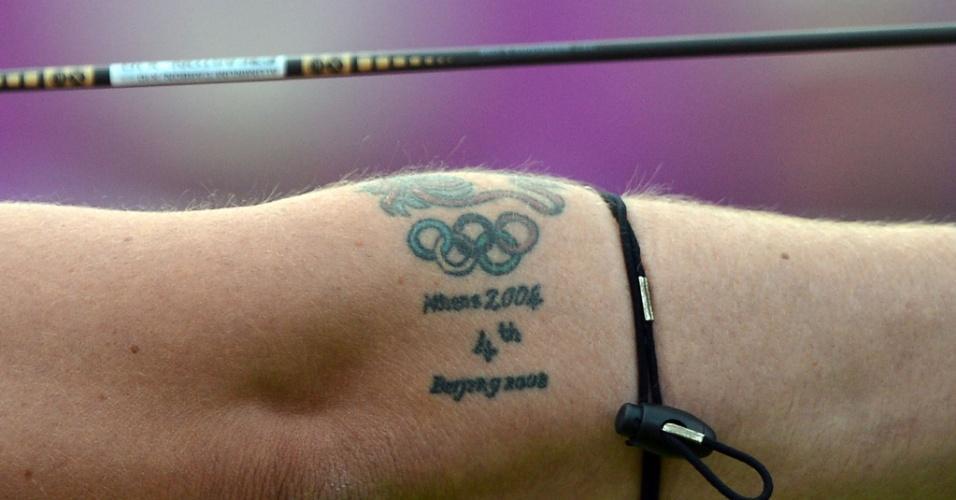 Anéis olímpicos tatuagem no braço do britânico Larry Godfery, atleta do tiro com arco