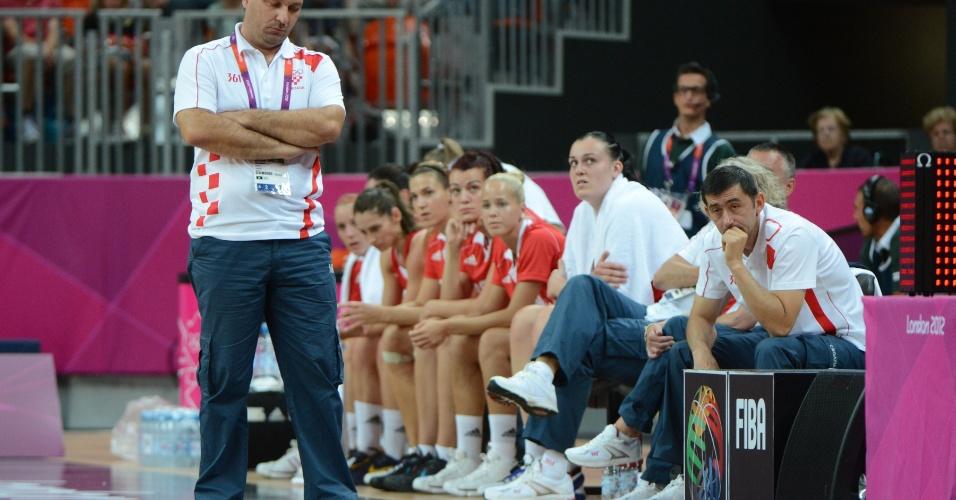 Antonija Misura senta no banco durante derrota da Croácia para os EUA, na estreia dos Jogos de Londres-2012