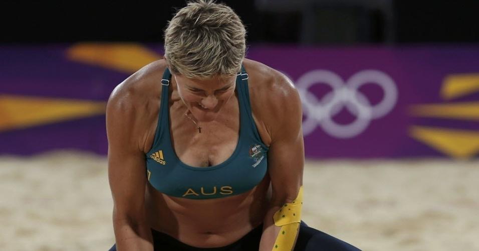 Australiana Nat Cook, do vôlei de praia, comemora ponto marcado em partida contra a Áustria na Olimpíada de Londres (30/07/2012)