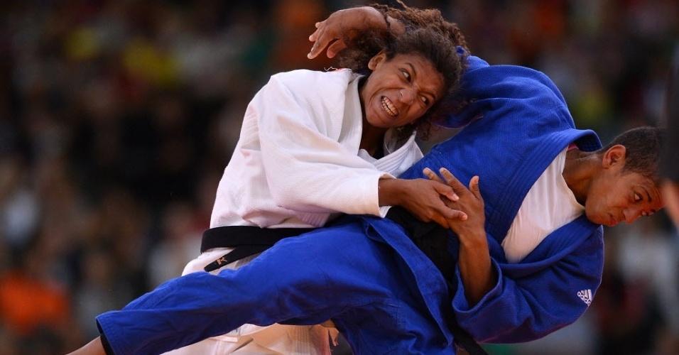 Brasileira Rafaela Silva (de branco) tenta derrubar a alemã Miryam Roper durante vitória na estreia no judô