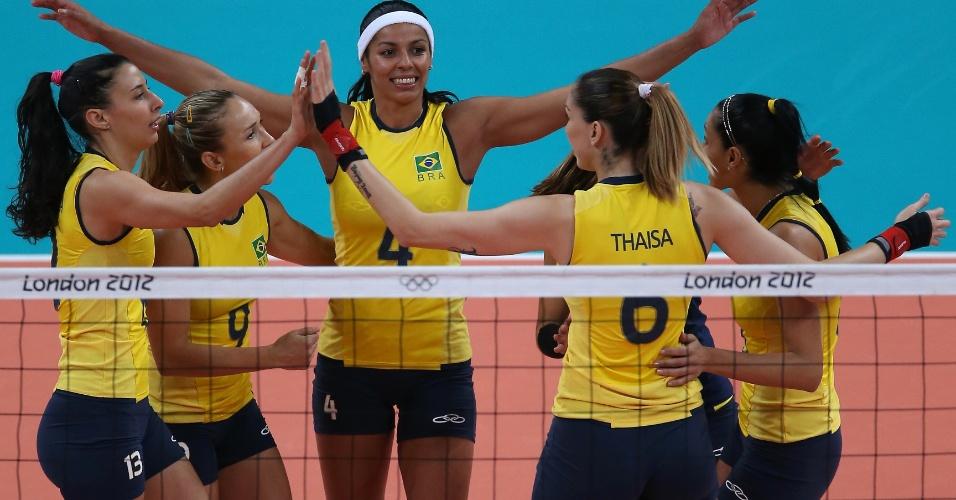 Brasileiras comemoram ponto marcado no duelo contra os Estados Unidos