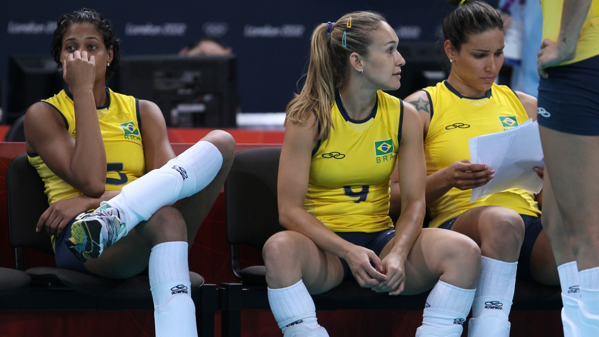 Brasileiras ficam cabisbaixas aps a derrota por 3 sets a 1 para os Estados Unidos, em Londres