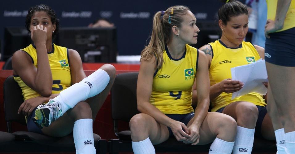 Brasileiras ficam cabisbaixas após a derrota por 3 sets a 1 para os Estados Unidos, em Londres
