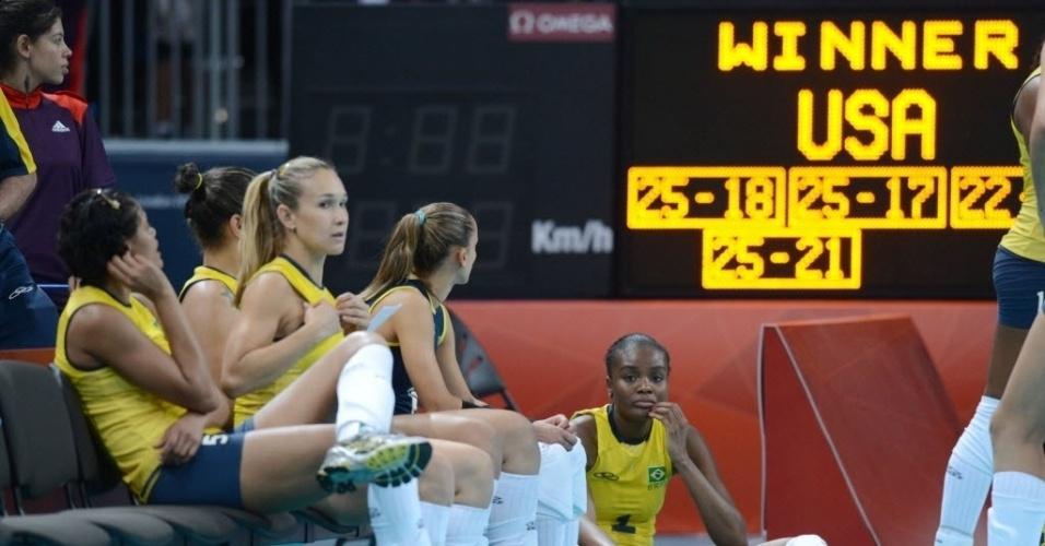 Brasileiras ficam cabisbaixas, sentadas no chão e no banco de reservas, após a derrota para os Estados Unidos