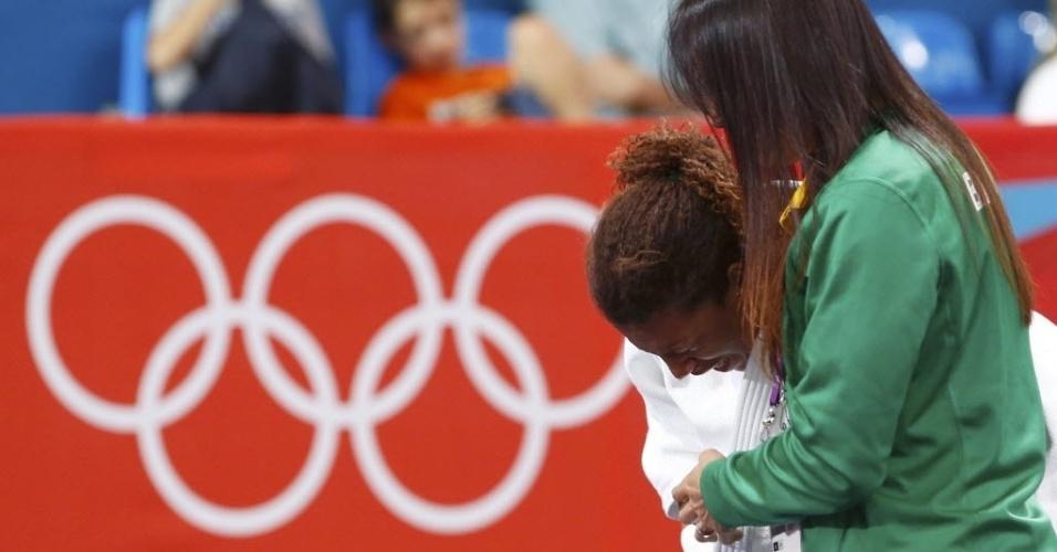 Chorando muito, Rafaela Silva deixa o tatame abraçada com a técnica Rosicleia Campos