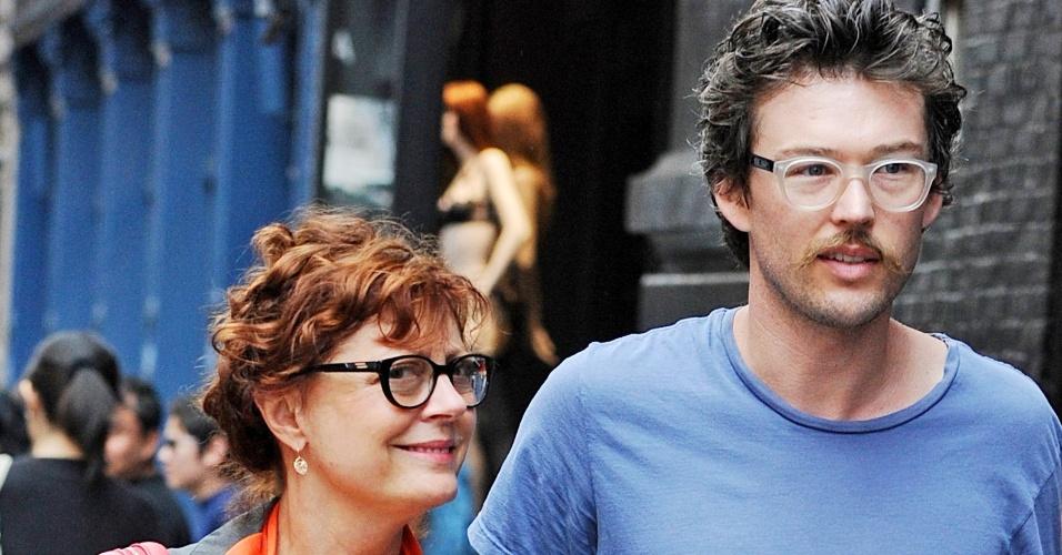 Com namorado 30 anos mais jovem, a atriz Susan Sarandon, 65, passeia pelo bairro do Soho, em Nova York (30/7/12)