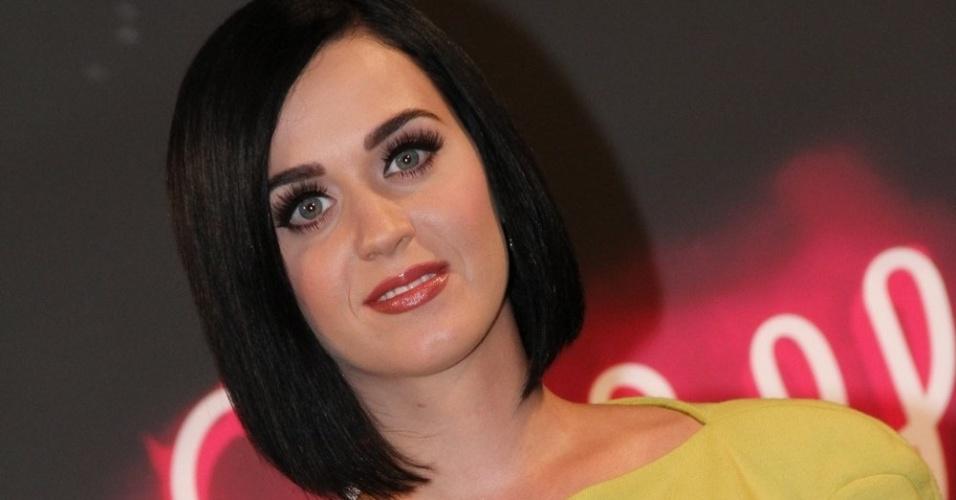 Com vestido cheio de fendas, Katy Perry posa para foto no Hotel Fasano, no Rio de Janeiro (30/7/12)