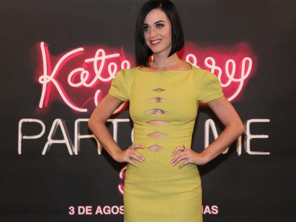 Com vestido cheio de fendas, Katy Perry posa para fotos para divulgar seu novo filme,