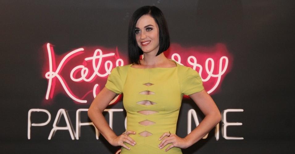 """Com vestido cheio de fendas, Katy Perry posa para fotos para divulgar seu novo filme, """"Katy Perry: Part of Me 3D"""" (30/7/12)"""