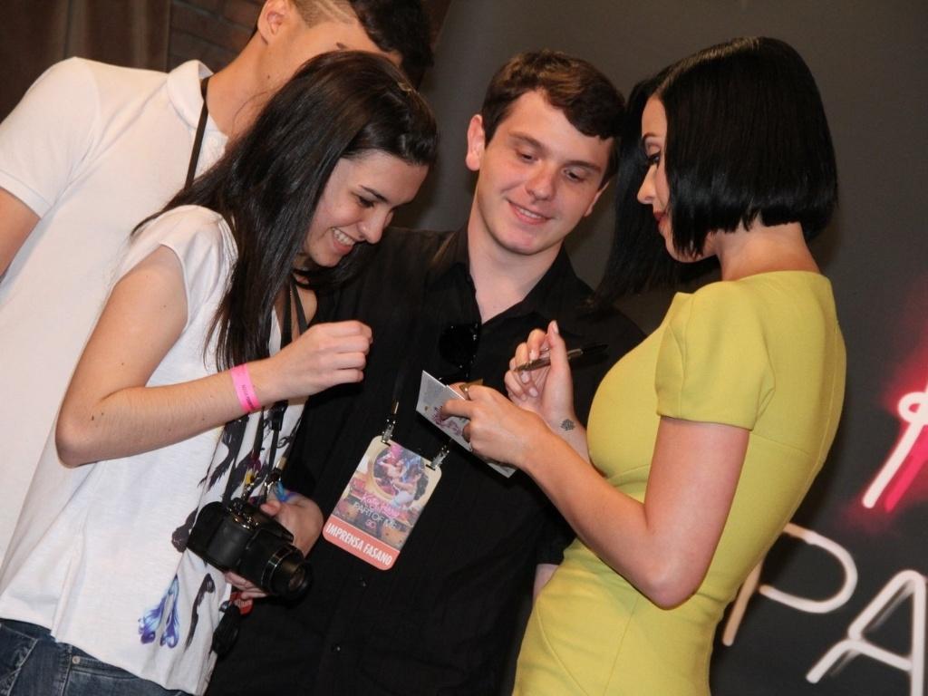 Com vestido cheio de fendas, Katy Perry recebe presidentes de fã-clubes em sessão de fotos de seu novo filme,