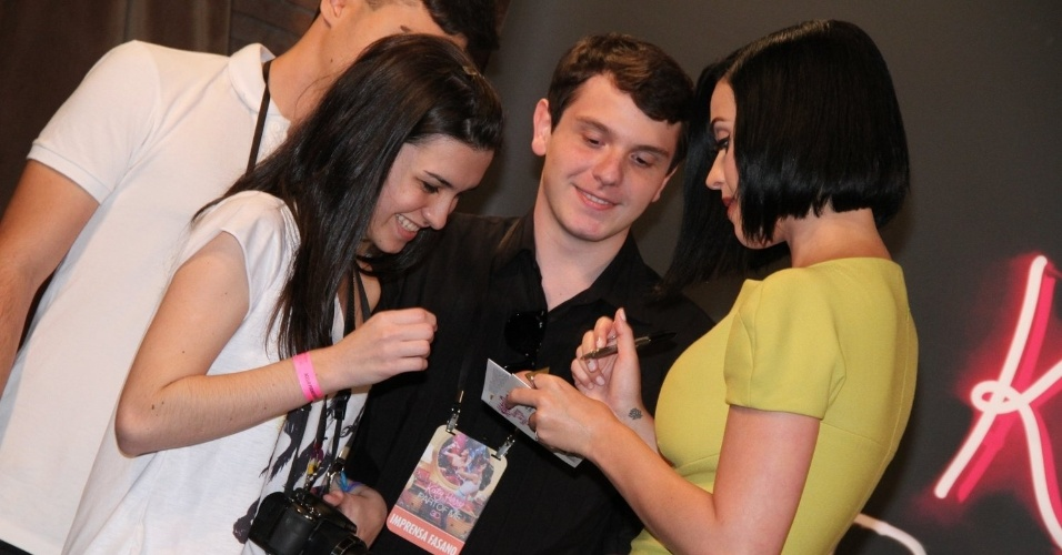 """Com vestido cheio de fendas, Katy Perry recebe presidentes de fã-clubes em sessão de fotos de seu novo filme, """"Katy Perry: Part of Me 3D"""" (30/7/12)"""