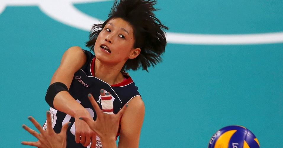 Coreana Kim Yeon-koung passa pelo bloqueio da Sérvia em jogo de vôlei