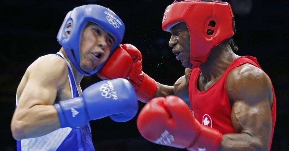 Custio Clayton fecha os olhos e desce a mão em rival durante o torneio olímpico de boxe, em Londres