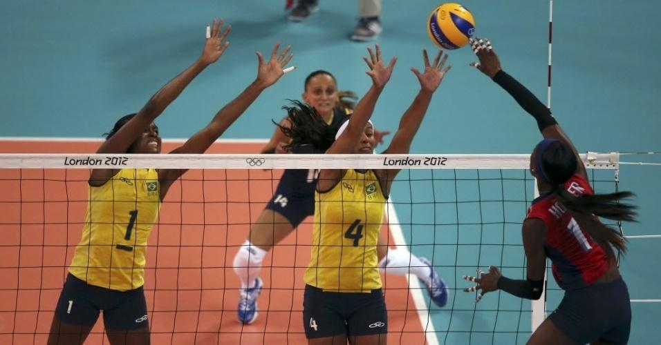 Fabiana e Paula Pequeno tentam bloquear a americana Destinee Hooker, durante jogo em Londres
